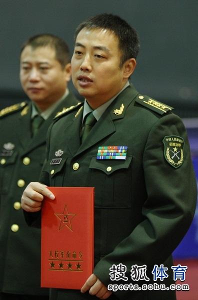 刘国梁被授予大校军衔