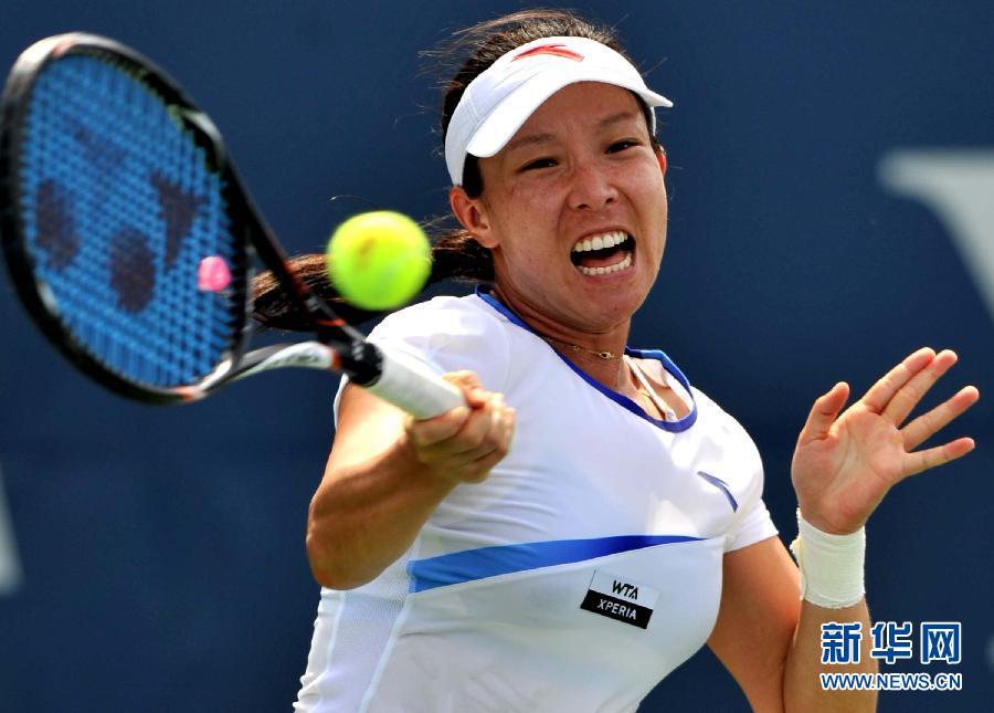 8月21日,郑洁在比赛中回球.当日,中国选手郑洁在网球...