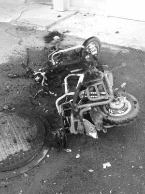电动自行车烧的只剩车架 读者供图