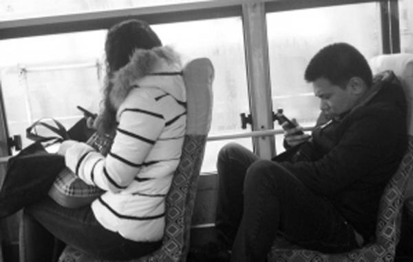 公交车里玩手机 头晕想吐咋回事?-中国吉林网