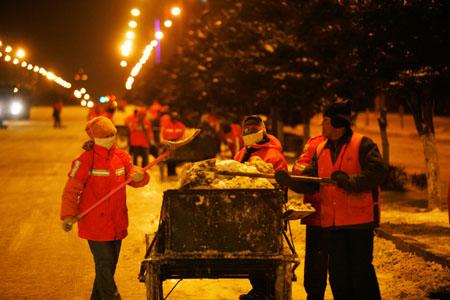 副市长和咱清洁工人一起扫雪图片